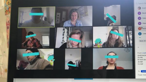 Zoom meeting met studenten die aan het werk zijn
